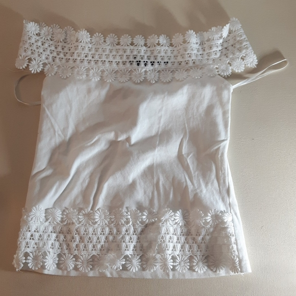NWOT off-the-shoulder white Daisy top